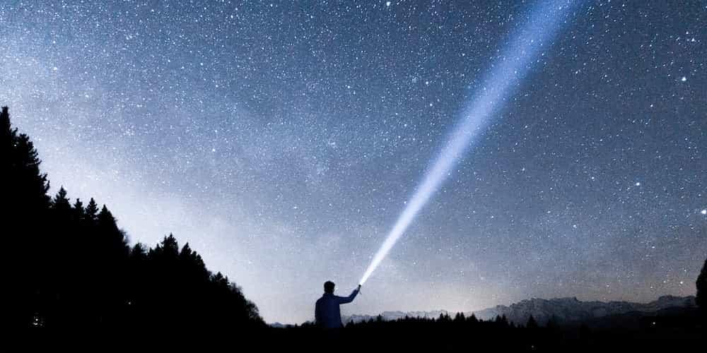 Une lumiere eclaire la nuit